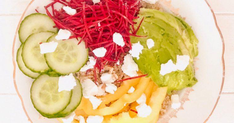 Gezonde (vegetarische) poké bowl met avocado